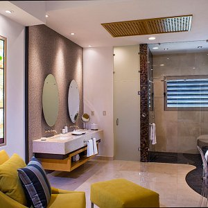 The Grand Penthouse - Twin sinks and separate toilet