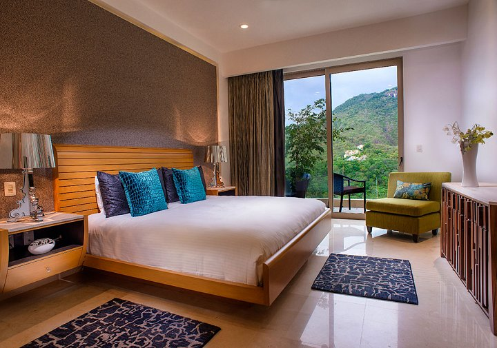 The Grand Penthouse - Bedroom with Jungle View